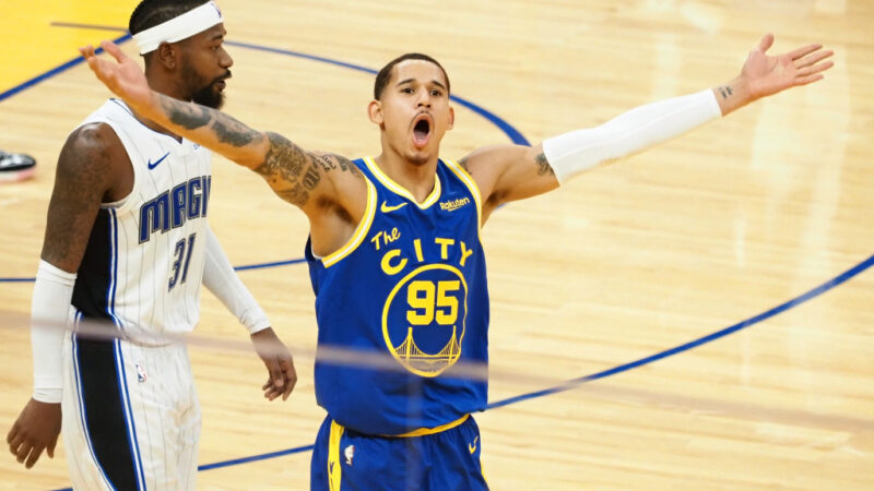 Juan Toscano-Anderson celebrates Stephen Curry 3 before Warriors star even catches pass